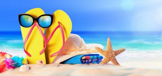 tapeta okulary na klapkach kapelusz na reczniku i rozgwiazda na plazy 520x245 - Qutie is klaar voor de vakantie!