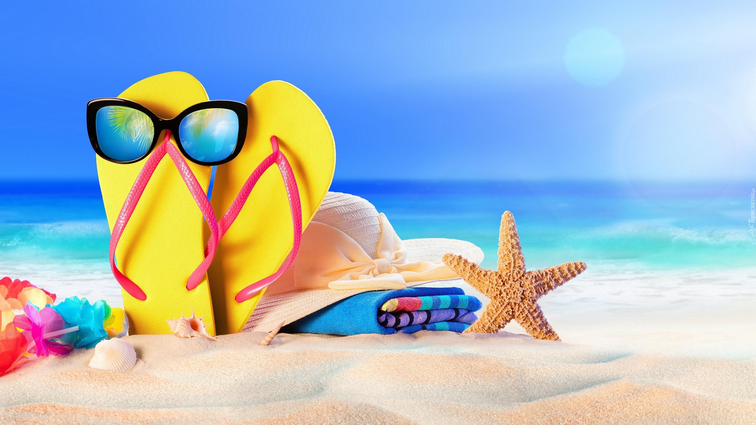 tapeta okulary na klapkach kapelusz na reczniku i rozgwiazda na plazy - Qutie is klaar voor de vakantie!